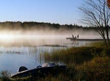捕鱼湖有薄雾的日出 免版税库存图片