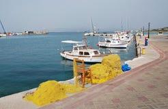 捕鱼网和小船, Agistri 免版税库存图片