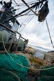 捕鱼网在一艘小捕鱼船的甲板 库存图片