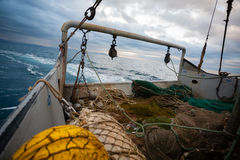 捕鱼网在一艘小渔船的甲板 图库摄影