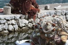 捕鱼网特写镜头在一个渔船和小游艇船坞 免版税库存图片