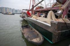 捕鱼船和一条小船在码头在Mac捕鱼港口  图库摄影