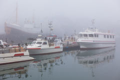 捕鱼船在一个有雾的有薄雾的早晨在赫本,冰岛 库存照片