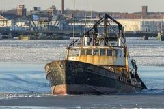 捕鱼船在冰冷的Acushnet河黄昏的Wando河 库存图片
