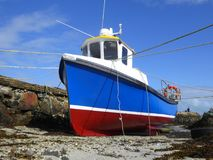 捕鱼船在小港口 免版税图库摄影