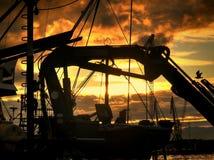 捕鱼装置剪影在小船的 免版税库存照片