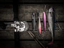 捕鱼设备包括pilkers勾子,钓具,标尺 免版税库存照片