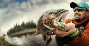 捕鱼 渔夫和鳟鱼 免版税库存图片