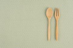 捞出在光点图形绿色织品的叉子背景的:概念吃知识 免版税库存图片