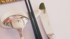 捞出餐刀和中国筷子在桌上 股票录像