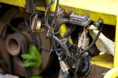 损坏在摒弃汽车的电气系统接线,在显示的摒弃汽车的这个电气系统一些连接,产品,输入,供应 库存图片