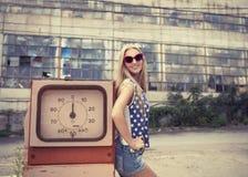 损坏的加油站的白肤金发的女孩 免版税库存图片
