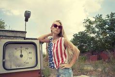 损坏的加油站的白肤金发的女孩 免版税图库摄影