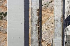 损坏的和更新的柱子 库存图片
