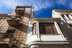 损坏的和被更新的殖民地建筑学在哈瓦那旧城,古巴 图库摄影
