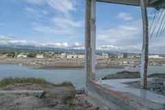 损坏的大厦和土地在帕卢由2018年9月28日的海啸导致 库存照片