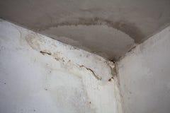 水损坏的天花板和墙壁 图库摄影