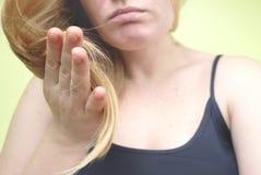 损坏的头发 有长的被弄乱的头发的美丽的哀伤的少妇 头发损伤、健康和秀丽概念 免版税库存图片