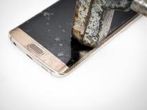 损坏的智能手机显示特写镜头与锤子的 免版税图库摄影