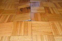 损坏的木条地板在客厅 库存图片