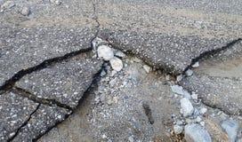 损坏的柏油路 免版税图库摄影