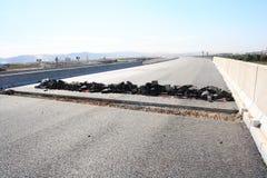 损坏的柏油路 免版税库存图片