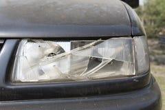 损坏的汽车前灯 库存照片