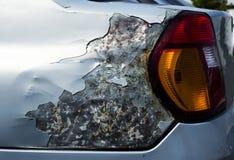 损坏的汽车,侧视图 免版税库存图片