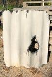 损坏的石棉屋面材料 免版税库存照片
