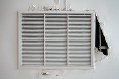 损坏的空气通风设备,金属在天花板的板条框架 图库摄影