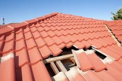 损坏的红瓦顶建筑房子 免版税库存图片