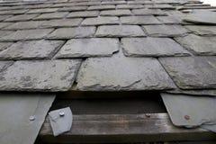 损坏的缺少屋顶板岩 免版税库存图片