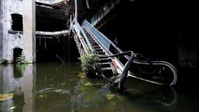 损坏的自动扶梯剧烈的录影在被放弃的商城的 股票视频