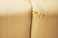 损坏的长沙发 免版税图库摄影