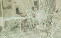 损坏的门,在抢劫以后的窗口 库存图片