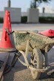 损坏的,充分的独轮车 免版税库存图片