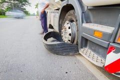 损坏的18位轮车半卡车由高速公路街道,机智破裂了轮胎 免版税图库摄影