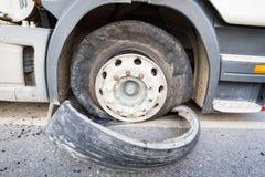 损坏的18位轮车半卡车由高速公路街道破裂了轮胎 免版税库存照片