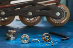损坏崩溃和路辗和滑行车的新的轴承 库存照片