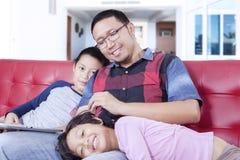 损坏他的孩子的年轻父亲 免版税图库摄影
