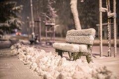 换下场与雪在暴风雪以后或在雪灾难在欧洲,冬天夜photograhy在城市 库存照片