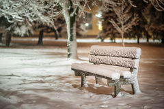 换下场与雪在暴风雪以后或在雪灾难在欧洲,冬天夜photograhy在城市 库存图片