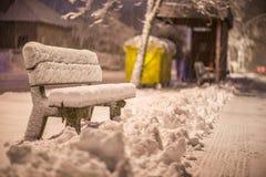 换下场与雪在暴风雪以后或在雪灾难在欧洲,冬天夜photograhy在城市 免版税库存照片