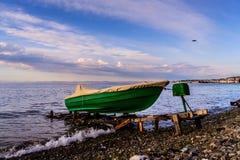 换下场的渔夫划艇 免版税库存图片