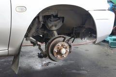 更换在汽车的一个轮子 免版税库存照片