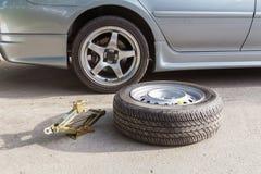 更换备用轮胎 免版税库存照片