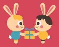 换礼物的同性恋兔宝宝夫妇 免版税库存照片