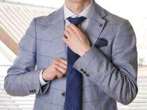 换衣服为工作的无法认出的商人 图库摄影