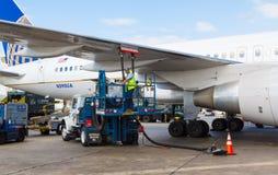 换装燃料联航飞机 库存图片