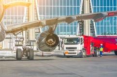 换装燃料航空器,飞行器维修在机场 免版税库存照片